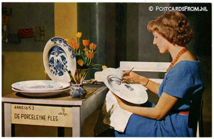 ansichtkaart: Delft, Girl painting a plate. Royal Delft Ware Factory